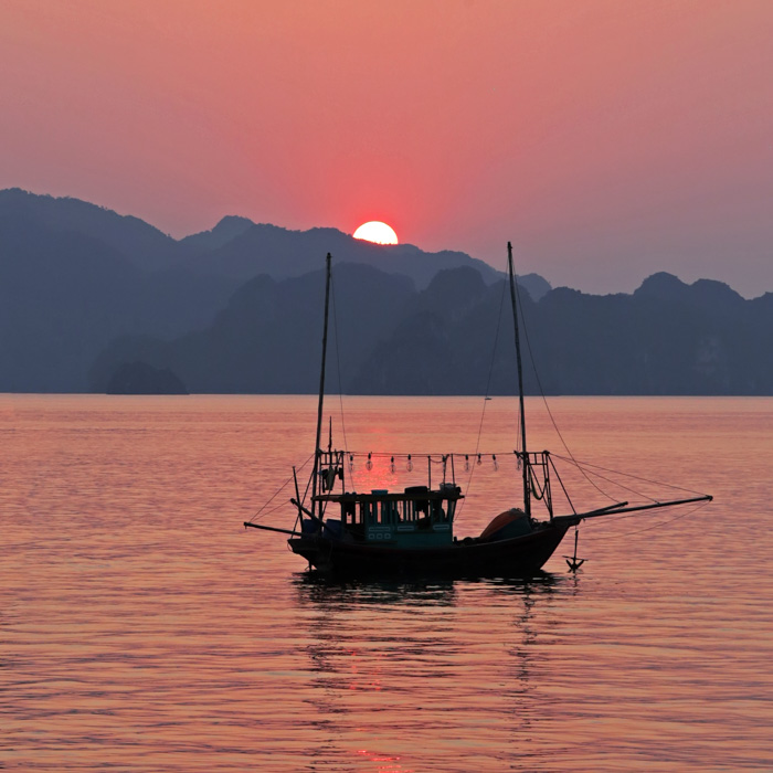Vietnam, Halong Bucht, Fischerboot,Sonnenuntergang